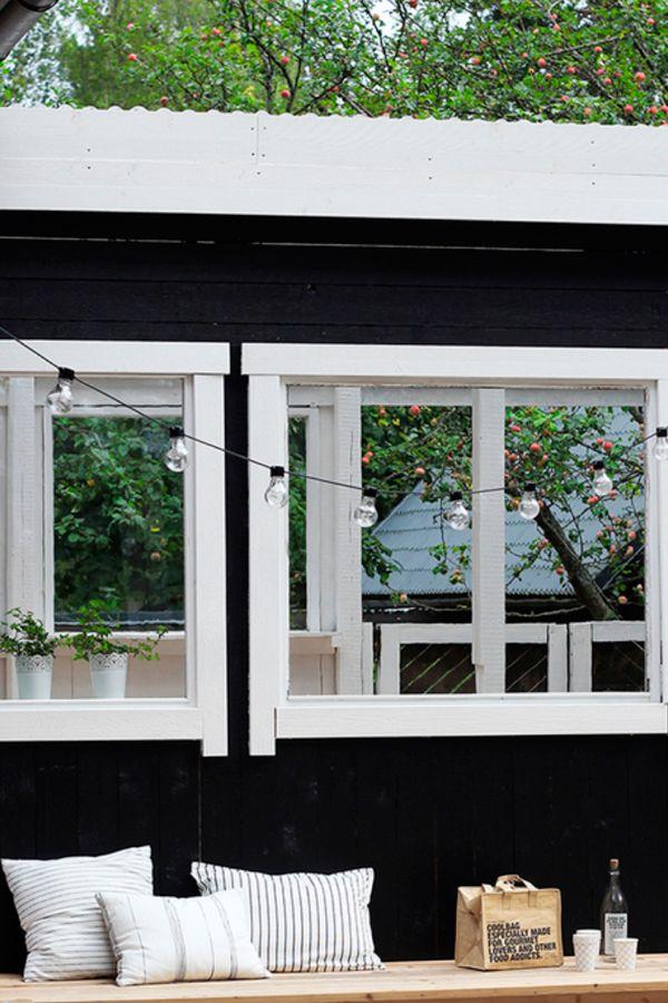 Muuttumisleikkiin osallistunut Komia Terassi on maalattu Tikkurilan mustalla PikaTeho -talomaalilla #muuttumisleikki #tikkurila #terassi #ulkomaalaus #julkisivu #maalaus #pikateho #musta #vapaaaika #puutalo