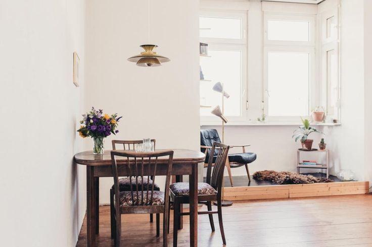 Schöner Essbereich Mit Tisch Und Stühlen Aus Dunklem Massivholz   Esszimmer  2 Wahl