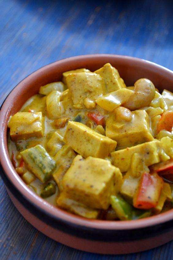 Curry de Tofu & Poivrons à l'Indienne Pour 3/4 personnes Ingrédients : - 250g de tofu - 1 c à soupe d'huile - 2 oignons émincés - 2 gousses d'ail émincés - 1/2 poivron vert - 1/2 poivron rouge - 250g de tofu coupés en dés - 1/2 c à café de sel - 1 c à soupe de curry - 1 c à soupe de curcuma - 1 c à soupe de coriandre - 1 pincée de gingembre - 2 c à café de pâte de curry doux - 2 c à soupe de beurre de cacahuètes salé - 1 poignée de noix de cajou - 200ml de lait de coco: