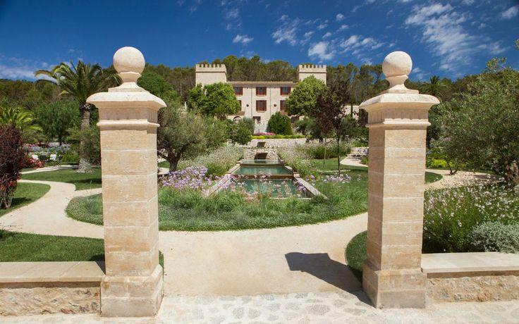 Seid ihr abgespannt und braucht dringend Erholung? Dann nichts wie ab ins Hotel Castell Son Claret auf Mallorca!