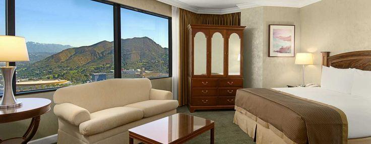 La chambre de l'étage exécutif avec un très grand lit dispose d'un coin détente spacieux d'où vous pourrez admirer la vue sur les collines de Hollywood, Universal Studio et le centre-ville de Los Angeles.