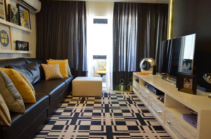 Sala de Estar, decoração, branca e preta, off White, black and White, detalhes amarelos, quadros, sala, tv, preto e amarelo
