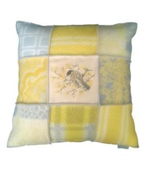 Groot woonkussen met een hoes van retro wollen dekens en een borduurwerk van een vogel. De hoes sluit met twee knopen aan de achterzijde en heeft een afmeting van 60-60 cm. De prijs is inclusief nieuw binnenkussen. Ik maak deze kussens en plaids ook ...