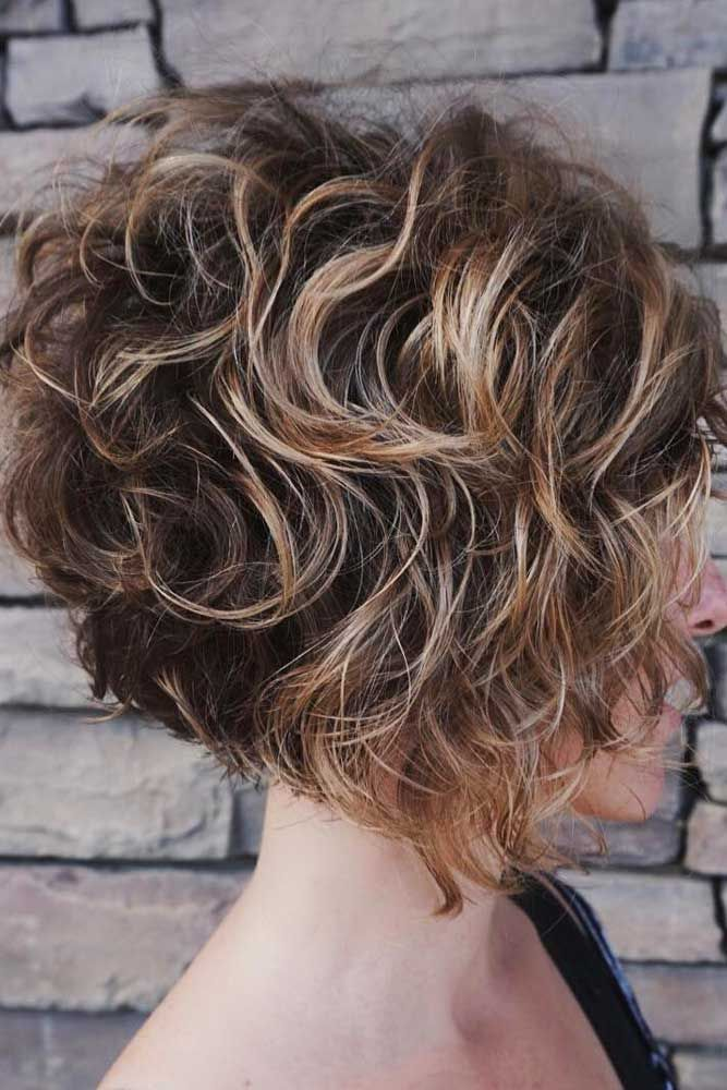 Curly Wedge #wedgehaircut #haircuts ❤️Der Wedge-Haarschnitt ist bei allen …   – Hair Cuts