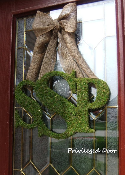Have you ever seen such a pretty monogram?  I love the moss letters and burlap ribbon. It may need to grace this (almost) newlywed's door this season.