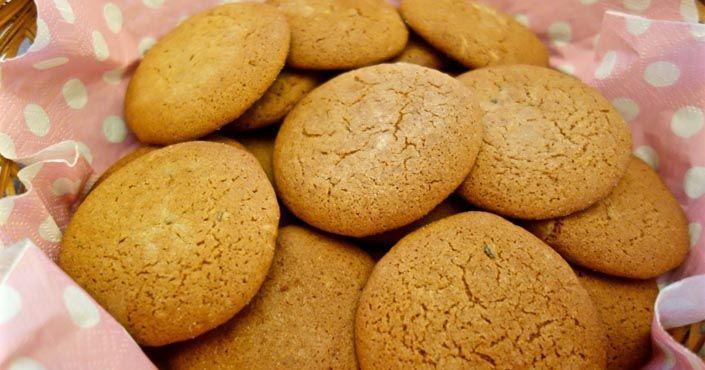 Chrumkavé na povrchu a mäkučké vo vnútri, chutia najlepšie podávané s horúcim čajom, do ktorého si ich môžete namáčať. Recept na tradičné zázvorové keksíky