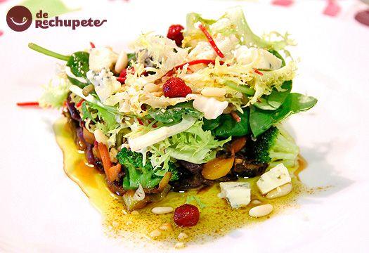 Ensalada templada al wok con queso azul Fourme d'Ambert y frutos secos. - Recetasderechupete.com