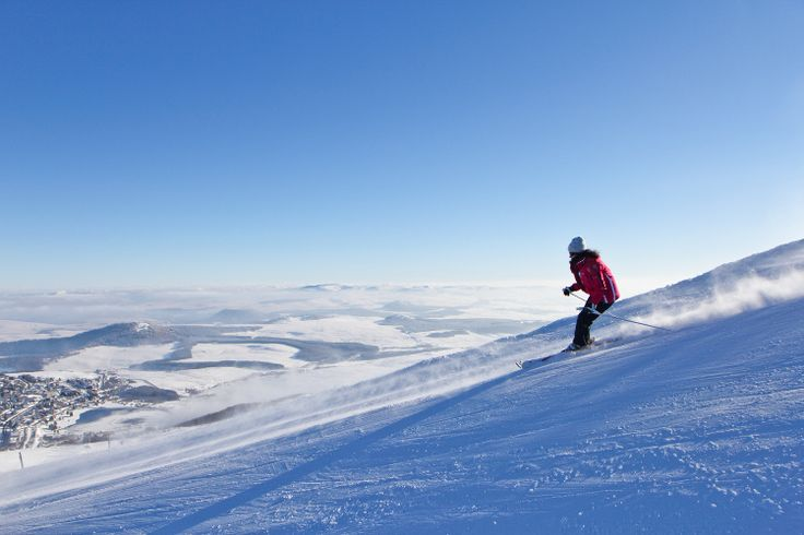 Mont-Dore: Ski away from the crowd: Spa and winter sports station of the Auvergne, Mont-Dore is perched at 1050 m altitude on the north slope of Puy de Sancy. Popular resort of families, Mont-Dore knows how to combine especially well-being and sporting pleasures. © OT Sancy