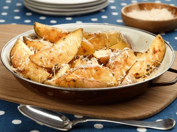 Esse prato de batatas a moda italiana com queijo é perfeito para receber os amigos