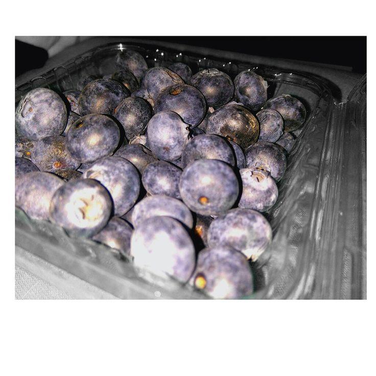 Little blue berries by the blows./Les petits biais sont bleuies par les coups.  myrtilles