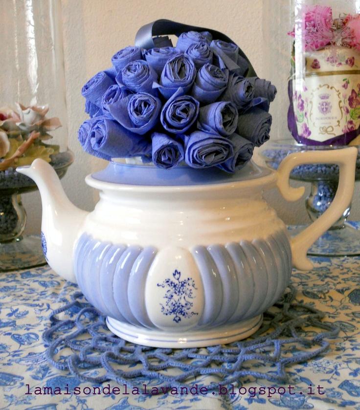 Teiera con sfera di fiori di carta