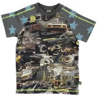 MOLO kids stoer shirt met een print van vintage American cars, Jeeps, motoren en auto-onderdelen.  De kleur is bruin-grijs met fluorescherend gele stiksels.  De mouwen zijn voorzien van vintage blauwe sterren.