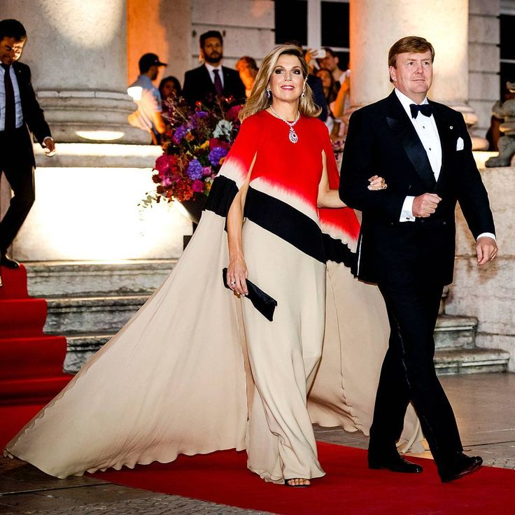 King Williem and Queen Maxima tonight in Lisbon. Our Queen is in my opinion the must well dressed royal in Europe! Tonight she wore again another stunning dress.