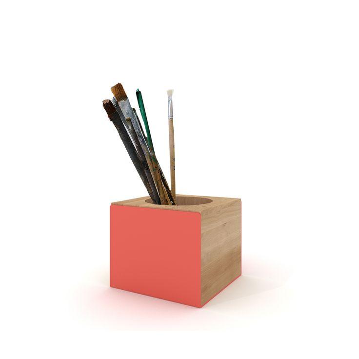 Il portapenne di Universo Positivo è realizzato in legno di rovere massello con una parte metallica colorata a contrasto, disponibile in diverse varianti colore. Questo accessorio da scrivania dalle linee pulite presenta un vano circolare dove sistemare penne, matite e pennarelli. Una spiccata tendenza alla semplicità e alla funzionalità è l'elemento chiave della collezione Universo Positivo. Questo portapenne è un'idea regalo eccezionale per studenti, colleghi e amici. Scopri online il…