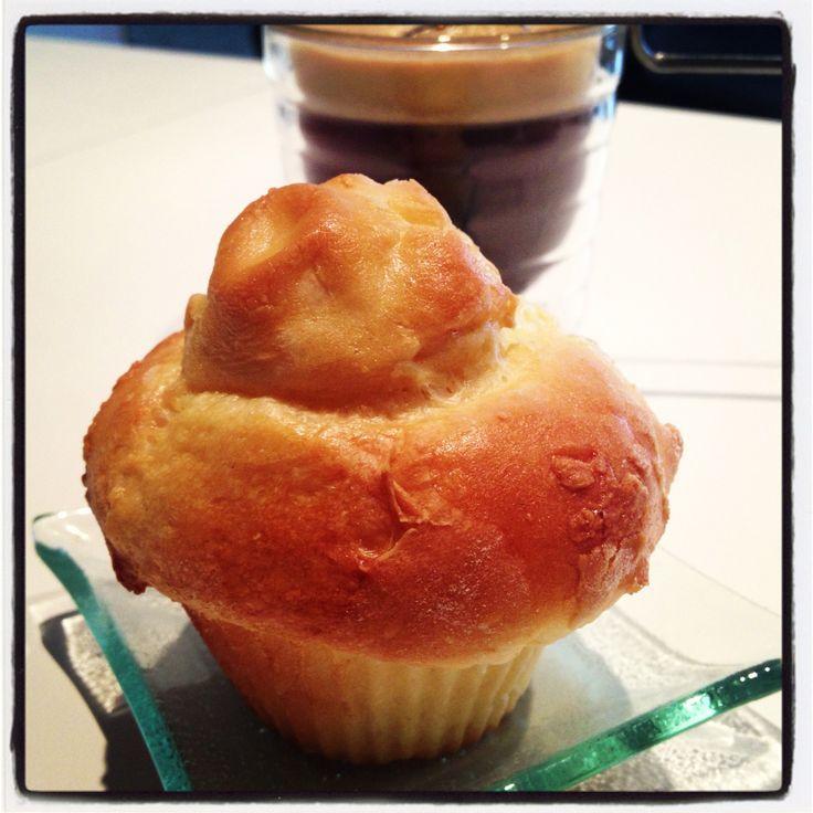 Voici pour aujourd'hui une jolie recette de brioche parisienne ou petite brioche à la tête délicieuse pour le petit déjeuner. Avec un peu de confiture ou de pâte a tartiner au chocolat, vous régalerez petits et grands à la maison ! Ce sont de belles brioches...