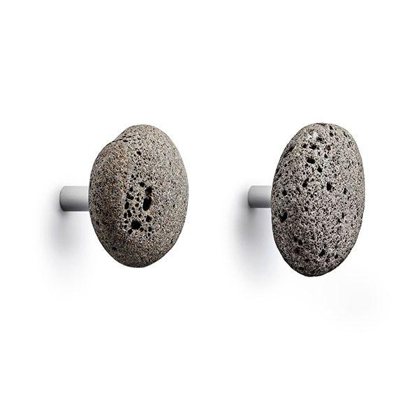 Ønsker du et rå uttrykk? Bruk da disse STONE Hooks fra Normann Copenhagen til knagger. Passer i alle rom i huset. Siden dette er naturlig stein vil str og form variere. En pakke inneholder 2 knagger. Str: D. 12,5 cm – O. 7 cm / Vekt. 0,4 kg / Rengjøres med en fuktig klut