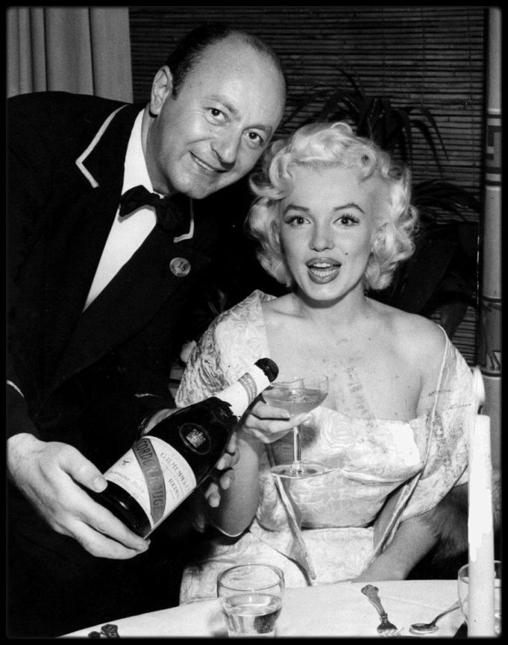 """9 Mars 1955 / Marilyn au bras de Milton GREENE se rend à la Première de « East of Eden », au """"Astor Theater"""" de New York ; elle se porta volontaire  pour servir d'ouvreuse. A cette soirée furent présents, entre autre, son agent new-yorkais de la MCA  Jay KANTER, Milton GREENE, Sammy DAVIS Jr, le journaliste Earl WILSON, l'acteur Richard DAVALOS et l'animateur Milton BERLE. La soirée était organisée au profit de """"l'Actors Studio"""", qui avait désespérément besoin d'un lieu à lui. Cette collecte…"""