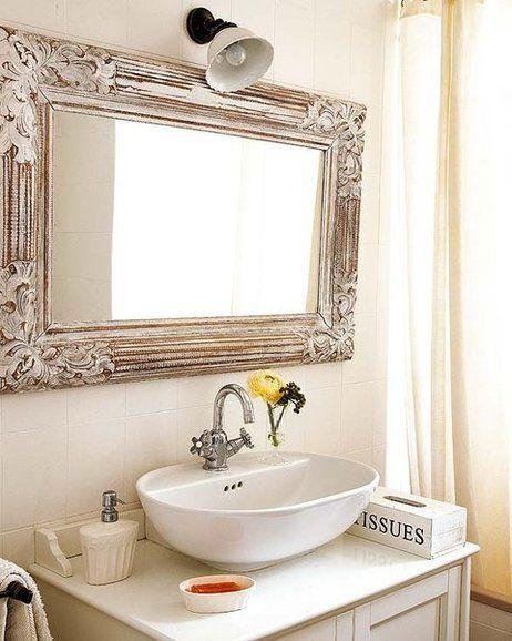 cuarto de bao con espejo de estilo vintage