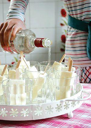 Coloque picolés de coco em copos de vidro e derrube uma dose de vodca em cada um deles. O sorvete tem dupla função: dá o gostinho e gela a bebida.