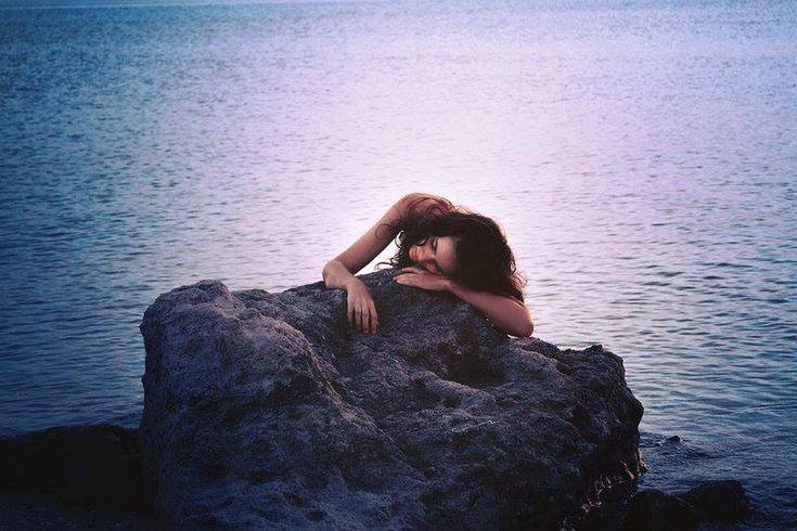 KAHLIL GIBRAN - Poesia   Per sempre me ne andrò per questi lidi, Tra la sabbia e la schiuma del mare. L'alta marea cancellerà le mie impronte, E il vento disperderà la schiuma. Ma il mare e la spiaggia dureranno  In eterno.