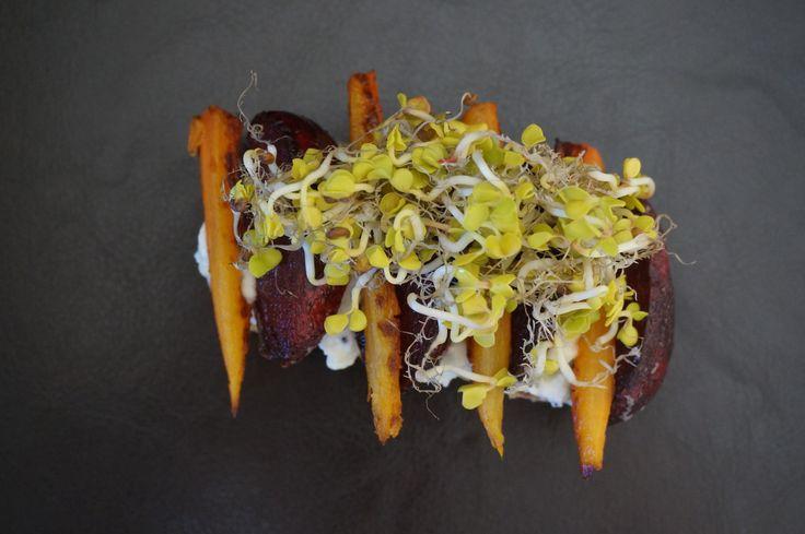 Food photography in black | organic burger | www.salierai-rankineje.lt