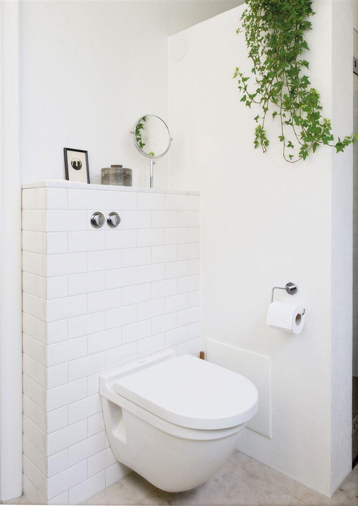 Vägghängd wc i klassiskt badrum