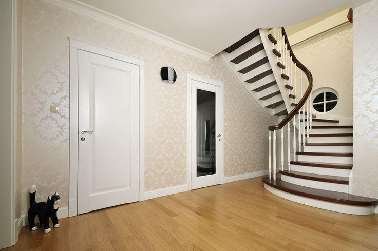 Kręcone schody drewniane zrealizowane w Warszawie. Biel połączona z brązem dodaje klasy i szyku każdemu wnętrzu. Włodarczyk schody.