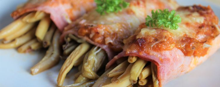 Pour 4 personnes : 1 conserve de haricots verts cuits (environ 500 g) 4 tranches de jambon (cru ou cuit) de la sauce tomate du gruyère râpé Préchauffer le four à 210° en chaleur tournante. . Égoutter les haricots verts. . Partager les tranches de jambon en deux par le milieu. . Dans une demi tranche, déposer un bouquet d'haricots, mettre une cuillère à café …