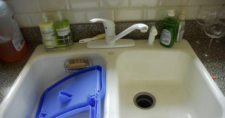 Por qué no tengo una buena presión de agua en el fregadero de la cocina. La baja presión de agua en el fregadero de la cocina no siempre se debe a serios problemas de fontanería. Si todos los otros grifos de la casa tienen una buena presión, el problema podría ser causa de las líneas de agua, las llaves de paso, pérdidas pequeñas o debido al grifo en sí mismo. Lo mejor es empezar a buscar la causa de la baja presión ...