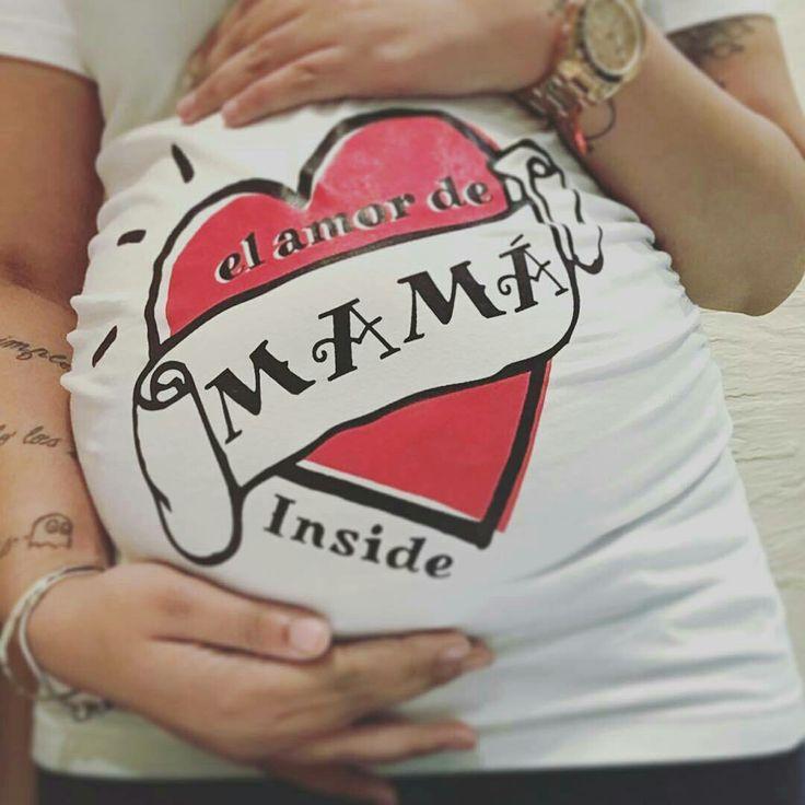 Hind es una mamá que tiene el cuerpo bellamente decorado con hermosos tatuajes. Sin duda esta camiseta premamá Wondermami que parece un tattoo es ideal para ella!! A mi me encanta!! ¿Te gusta la camiseta? La puedes encontrar en www.wondermami.com #wondermami #premamá #embarazo