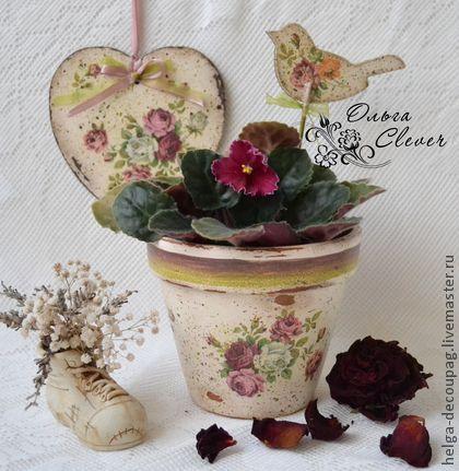 Горшок `Розовый сон`. Глиняный горшок декорирован в технике декупаж.   Искусственно состарен, имитированы сколы и потертости. Горшок предварительно обработан специальным составом, уменьшающим впитывание воды.  Может быть дополнен декоративной птичкой и сердечком.