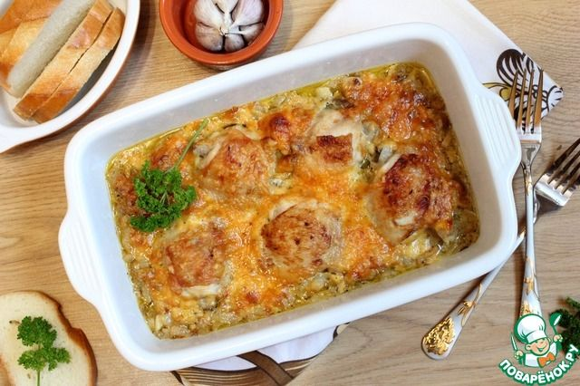 Куриные бедра в луково-сырном соусе.