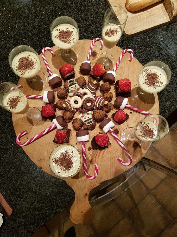 witte chocolade mousse in de glaasjes. bastogne truffels, brownies met aardbeien, candy canes met marshmallow gedipt in gesmolten chocolade.