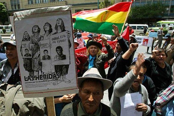 Familiares de la víctimas de las dictaduras en Bolivia marchan durante la conmemoración de los 30 años continuos de democracia. -   Efe Agencia