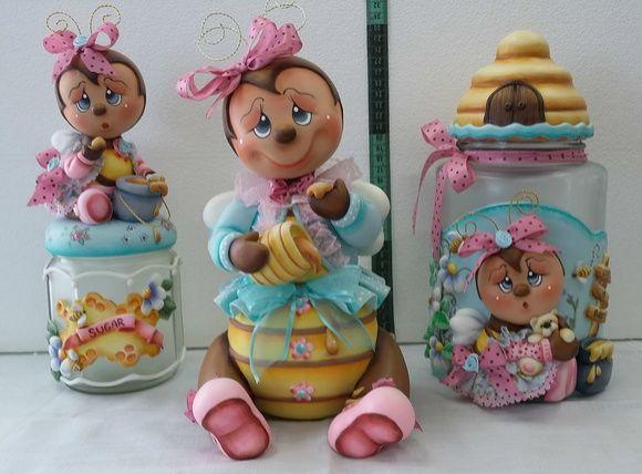 Trio de potes de vidro decorado em biscuit com abelha.  Peças:  1 Pote de 2,6 ml decorativo com abelhinha  1 Pote de 750 ml com abelhinha  1 Baleiro de 12 cm de diâmetro em forma de abelha  Todos os potes são utilitários.    Faço nas cores que preferir.  Este conjunto também pode ser acrescido co...
