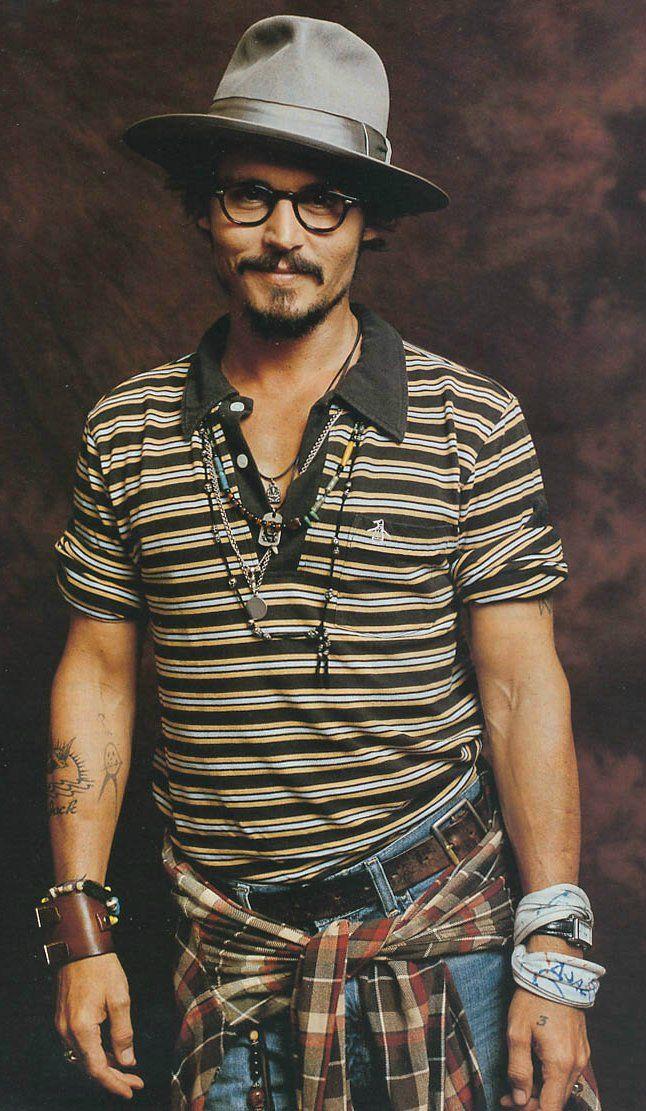 Acessórios, camisa xadrez amarrada na cintura, camisa listrada. Muita informação no look, bem ao estilo Johnny Depp.