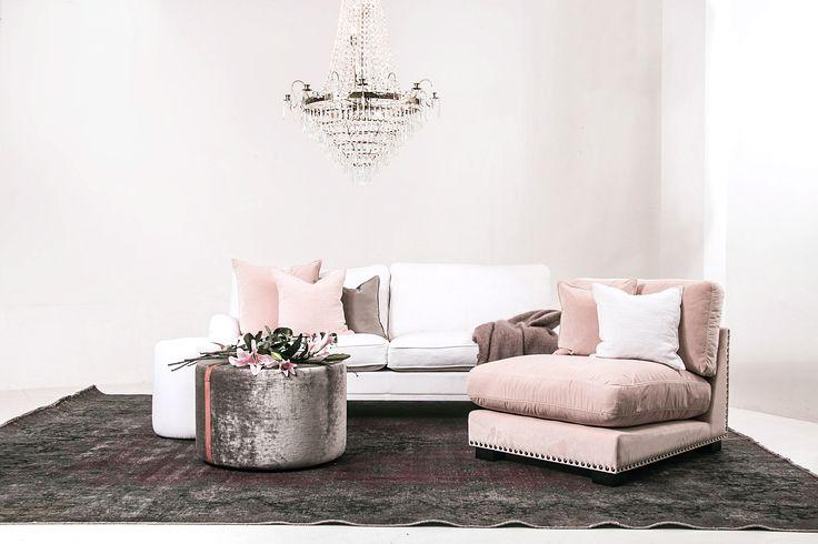 Vit Lejonet howardsoffa 3 sits rak. Howard, soffa, dun, linne, kristallkrona, Baggen pall sammet, skinn, grön, brun, Valen fåtölj, rosa, ljusrosa, puder, sammet, nitar, svart guld, möbler, möbel, inrending, vintage, matta.
