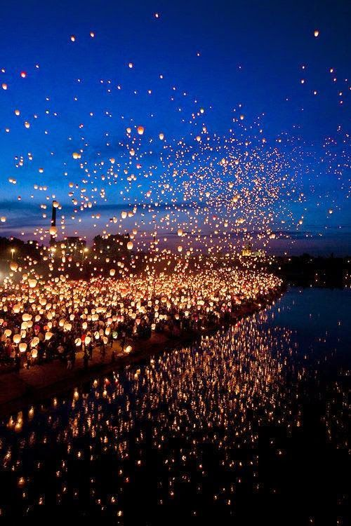 タイでランタンフェスティバルをフローティング。美しい。魔法。 Floating lantern festival in Thailand. Beautiful. Magical.