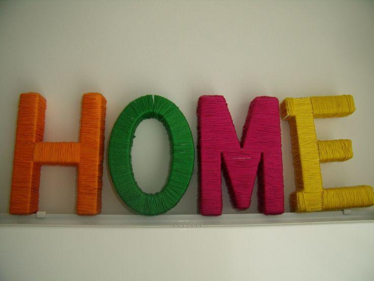 houten letters omwikkeld met gekleurde wol...
