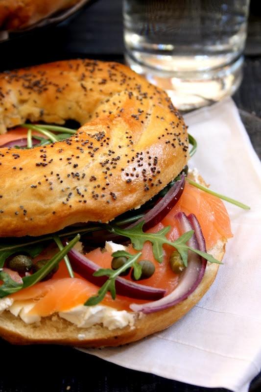 Un #bagel saumon, capres, roquette et oignons rouges