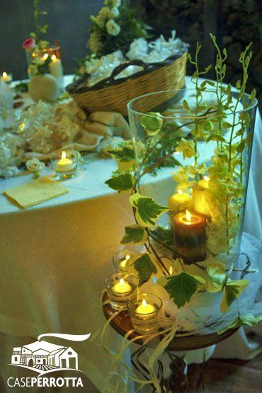 Candele gialle con edera e fiori
