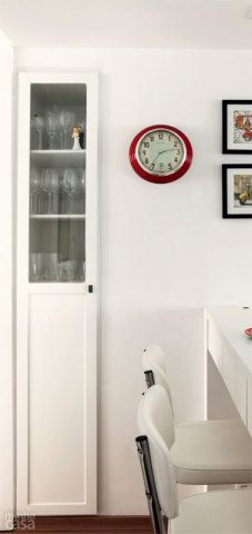 Sobrou um vão, e agora? Em vez de se tornar um empecilho, o pilar da cozinha reformada pelas arquitetas cariocas Isabella Lucena e Joanna Fraga acabou gerando uma solução e tanto: o nicho remanescente foi preenchido por um armário alto e estreito (37 cm de largura e 52 cm de profundidade). Com porta de vidro e madeira, o móvel mostrou-se prático como cristaleira. Execução da JC Móveis e Decorações.