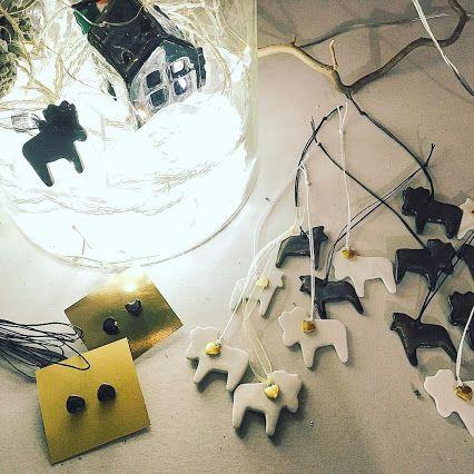 Белый и черный фарфор, лошадки, лосяши и сердечки, игрушки и украшения - милые, романтичные и влюбленные! Добрые 🎁 🎁🎁!!! #cosmicbead #cbporcelian #добрыеподарки #традиции #семейныйпраздник #фарфор #фарфоровыеигрушки #винтаж #игрушки #украшения #новыйгод #рождество #волшебство #елочныеигрушкисвоимируками #елочныеигрушки #фарфоровыеигрушки
