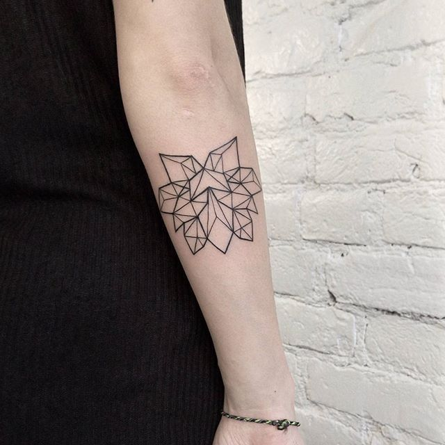 Лотос для нашей Катюши 💙 #sum_ttt #dotwork #linework #tattoo #blackworktattoo #geometrytattoo #lotostattoo #lotos #inkstinct_tattoo_app #equilattera