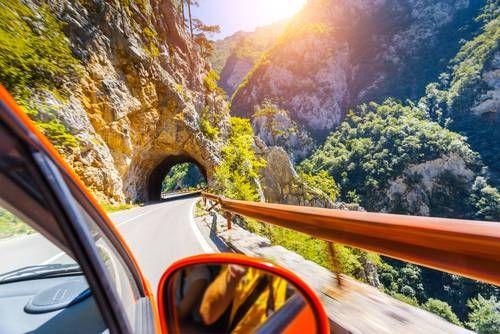 Kaum ein Reiseziel bietet sich für einen Roadtrip besser an als der Balkan. Zahlreiche Länder sind hier innerhalb kurzer Distanzen zu erreichen und zu entdecken. Ob Mazedonien, Serbien, Montenegro, Slowenien, Kroatien, Kosovo oder Bosnien-Herzegowina - nach Backpacking im Balkan lassen sich so einige Länder auf der Weltkarte freirubbeln. Der Balkan verspricht dabei vielfältige Kulturen, beeindruckende Landschaften, lebhafte Städte, leckeres Essen und außerdem eine Reise, die auch für den…