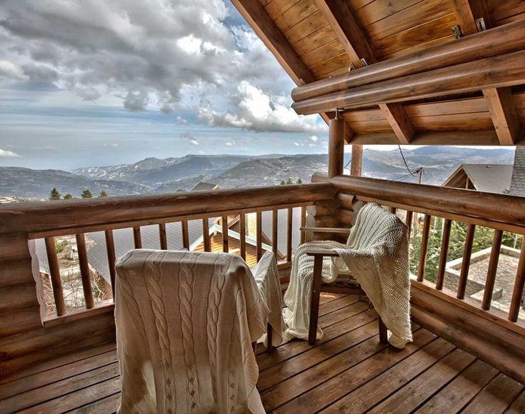 Καταλύματα που θυμίζουν σαλέ Ελβετίας. Χτισμένα σε ελατοσκέπαστα βουνά. Με αιχμηρές στέγες που το χειμώνα καλύπτονται με χιόνι. Mountain resort που θα θέλαμε να ξυπνήσουμε τουλάχιστον ένα χειμωνιάτικο πρωινό.