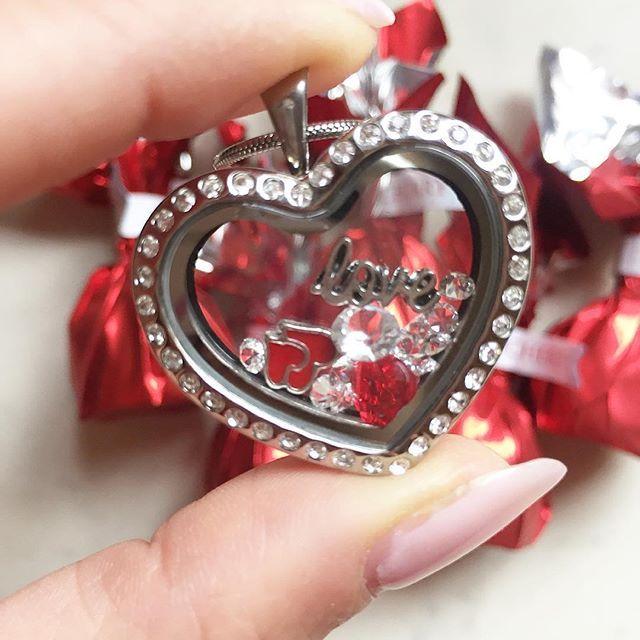 Kisorsoltam a gyönyörű Valentin-napi @joyjewelofficial nyakláncot. Köszönöm, hogy ennyien játszottatok! Ha most nem nyertél, ne szomorkodj. Február 14-én egy újabb nyakláncot sorsolnak ki a @joyjewelofficial Facebook oldalán. Sok szerencsét! 😘  #contest #winner #valentineday #valentines #necklace #jewelry #jewelrygram #instamoments #instalike #instagood #mik #ikozosseg #ékszer #nyaklánc #medál #szív #heart #heartshaped #love #valentinnap
