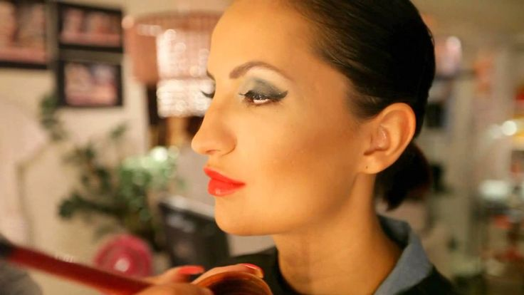 Kauneussalonki Everydaybeautyn Katja Rantala näyttää, miten syntyy kevään säväyttävin iltameikki Avon-tuotteilla: harmaa smokey eye ja punaiset huulet. | Avon grey smokey eye and red lips makeup by MUA Katja Rantala, spoken in Finnish