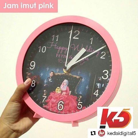 Jam Imut  Buat yang suka barang imut, jam imut ini wajib jadi salah satu barang yang harus dimiliki pastinya. Pilihan warna cerah dan packagingnya yg imut jadi bikin pengen milikin dia deh 😍 Di #kedaidigitalkolsugiono juga tersedia : Keramik Jam keramik Mug Poster Puzzle Vigura 3d Bantal Dan masih banyak lagiii.. 📲 0851 0800 5097 . . . #jam #merchandise #souvenir #jogjainfo #wonderfuljogja #explorejogja #jogja #instagood #vsco