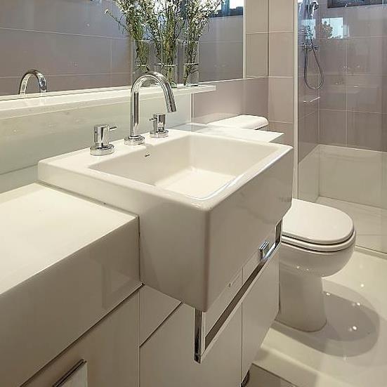 Banheiro feminino, claro e atemporal! {Projeto: Giselle Macedo e Patricia Covolo} #interiores #inspiração #banheiro #feminino #espelho #marmoglass #porcelanato #cubadeencaixe #toalheiro #gisellemacedoepatriciacovolo #inspiration #interiordesign #bathroom